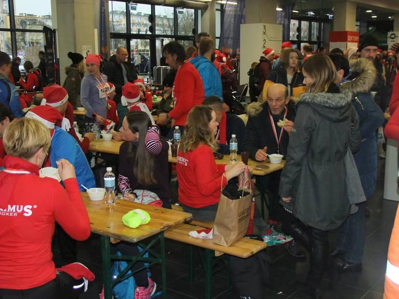 Tysiące przebranych biegaczy wzięło udział w Festiwalu Biegów Świętych Mikołajów. Oto kolejna porcja zdjęć, tym razem zakulisowych, już po zakończeniu