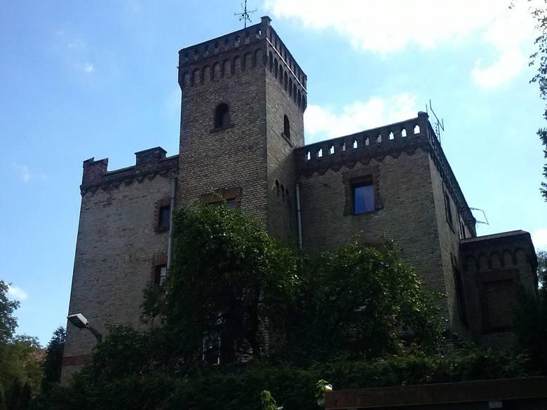 Cała ulica WieniawskiegoTutaj znajdują się najstarsze, bardzo piękne wille osiedla, w tym jedna przypominająca zamek.