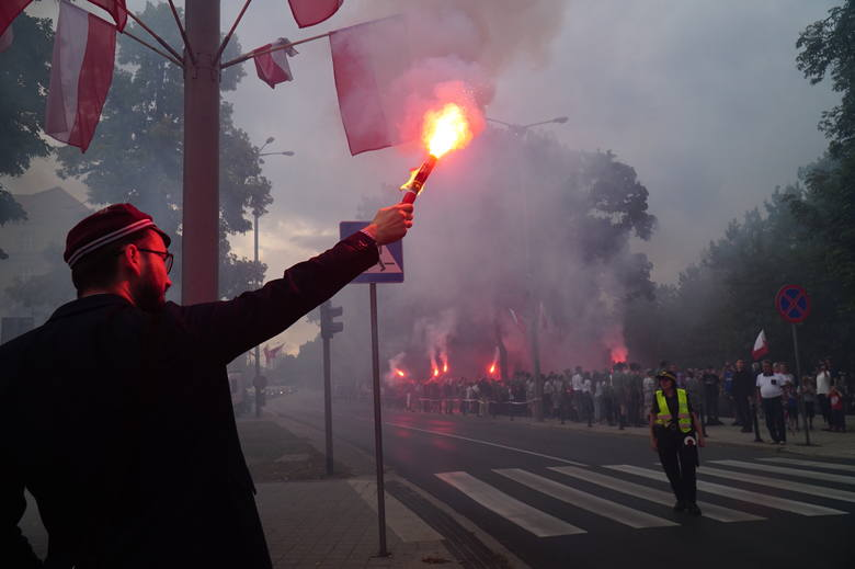 """O godzinie """"W"""" czyli punktualnie o 17. rozbrzmiały syreny alarmowe. W ten sposób Poznań upamiętnił w czwartek 75. rocznicę wybuchu Powstania Warszaw"""