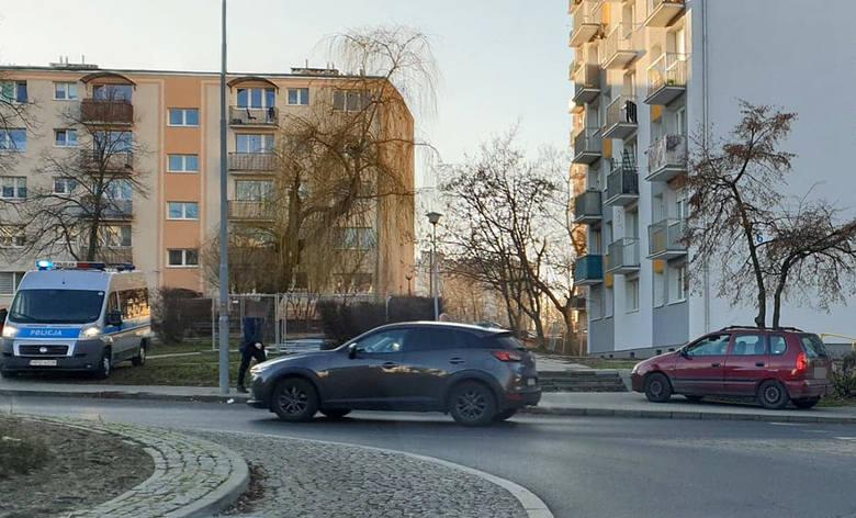 Do wypadku doszło w czwartek, 16 stycznia, na pasach przy rondzie Anny German, od strony ul. Wyszyńskiego. Ranna kobieta została zabrana do szpitala.Do