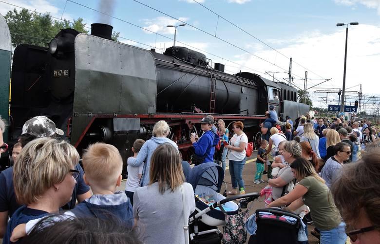 Duża grupa miłośników kolei przybyła dziś, 17 lipca, o godz. 17 na dworzec PKP w Inowrocławiu, gdzie zatrzymał się pociąg turystyczny ciągnięty przez