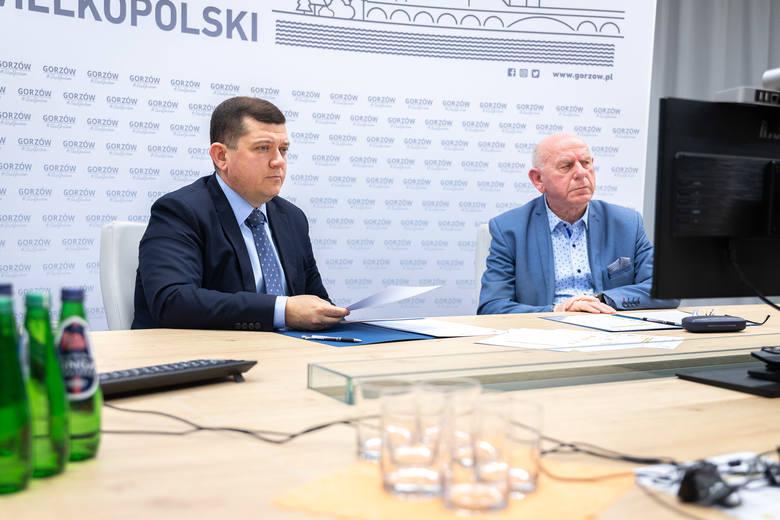 """Pakiet pomocowy """"Gorzowska Dycha"""" prezydent Jacek Wójcicki (z lewej) przedstawił wraz z Janem Kaczanowskim, przewodniczącym rady m"""