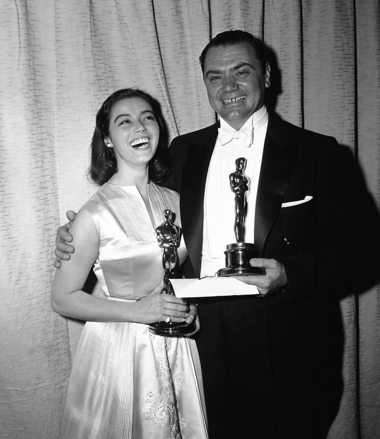 1956 r.Na zdjęciu Marisa Pavan (odbierająca nagrodę za Annę Magnani) i Ernest Borgnine z Oscarami dla najlepszych aktorów