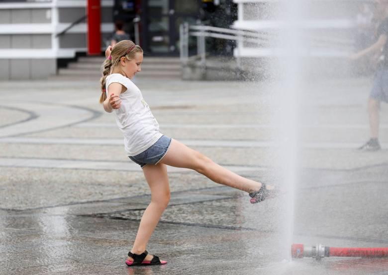 Trzeba sobie radzić jak tylko można. Kurtyny wodne i tego typu rozwiązania pojawiają się na ulicach miast, by pomóc przechodniom w ochłodzie, kiedy doskwierają