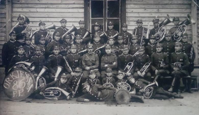 Orkiestra 86. Pułku Piechoty. W dolnym rzędzie, drugi od prawej Stanisław Jurkojć, młodszy brat Wacława