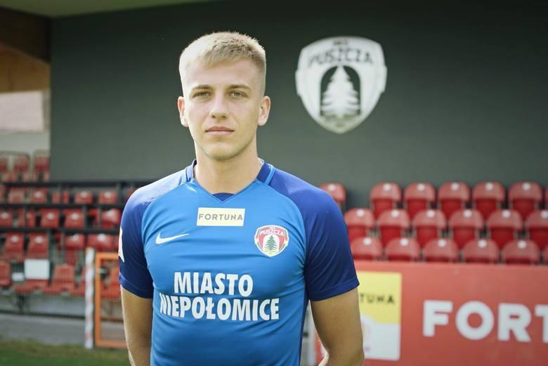 Odszedł: MATEUSZ SKRZYPCZAK (Stomil Olsztyn)Puszcza zrezygnowała po jednej rundzie z pomocnika, który był wypożyczony z Lecha Poznań. Teraz, na takiej