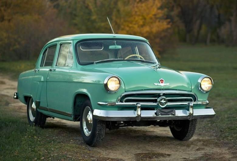 Wołga GAZ 21 I generacji. Przód w fordowskim stylu. Rosyjscy miłośnicy samochodowych zabytków wykryli, że sylwetkę jelenia na masce skopiowano z antylopy, która w latach 30. zdobiła nadwozia Chryslerów<br />