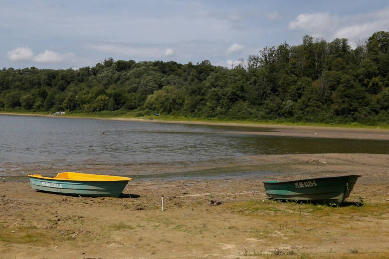 Coraz mniej wody w Jeziorze Solińskim. Wyłoniła się tzw. wyspa okresowa, a to oznacza, że wody ubyło. W Chrewcie woda cofnęła się aż o kilkadziesiąt