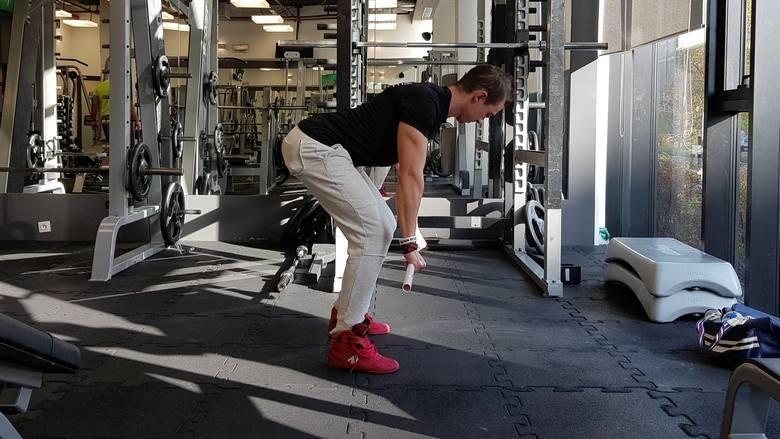 Ćwiczenia na plecy - w domu czy na siłowni? Sprawdź, czy ćwiczenia na plecy z hantlami i gumami są skuteczne
