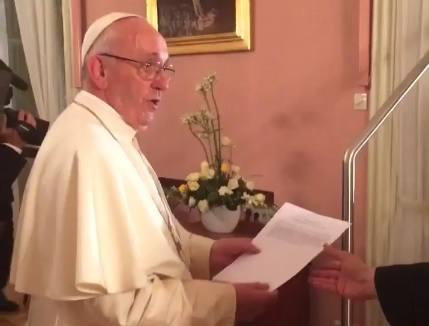 """Papież w oknie. Tak wyglądały kulisy: Franciszek ćwiczy wymowę """"Dobry wieczór"""" [WIDEO]"""