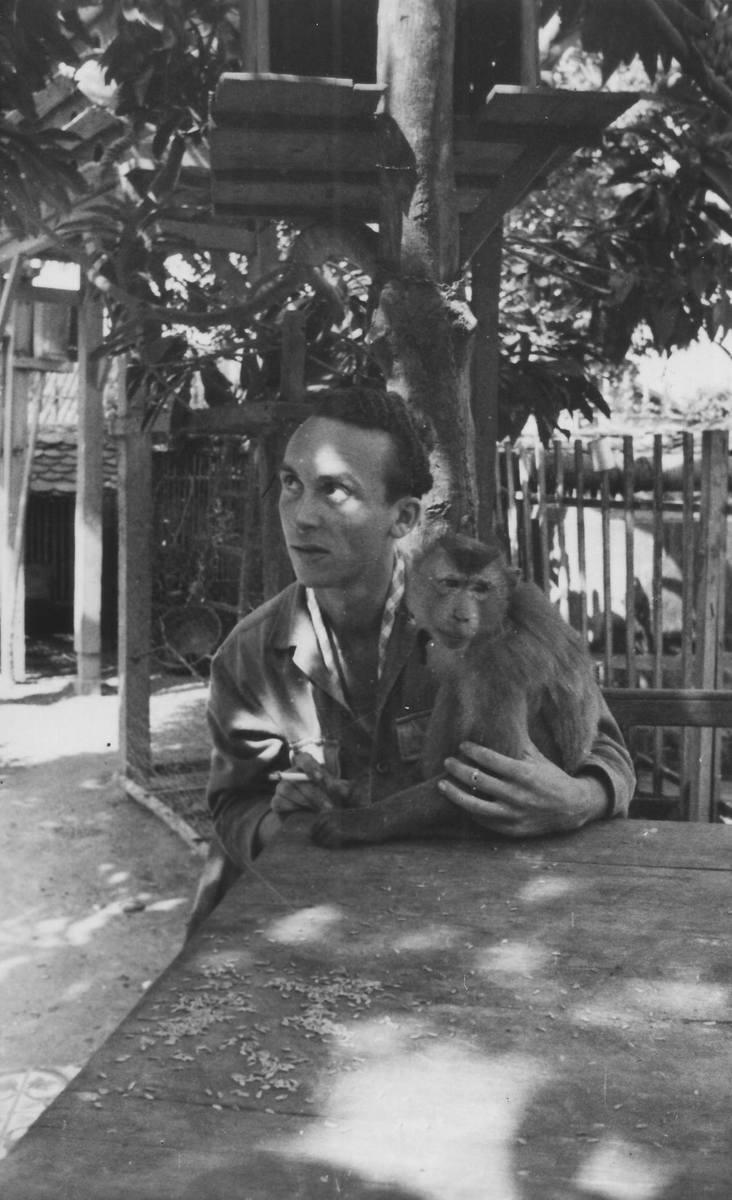 Zygmunt Jatczak z makakiem w Cu Chi