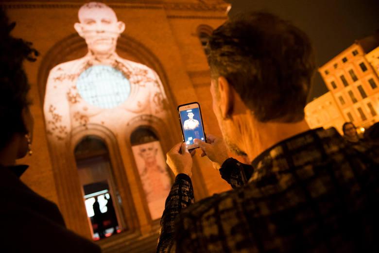 Wystawa została otwarta 15.11.2015 roku. Można ją oglądać w Galerii Tumult.