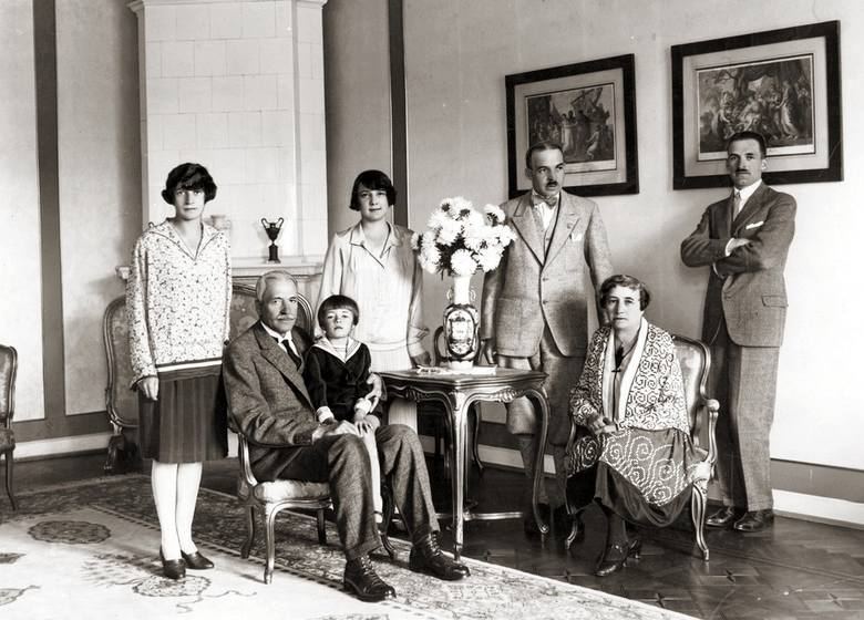 Prezydent RP Ignacy Mościcki w towarzystwie żony Michaliny, wnuczka Józefa, córki Heleny Zwisłockiej (stoi z lewej), synów Michała (stoi drugi z prawej)