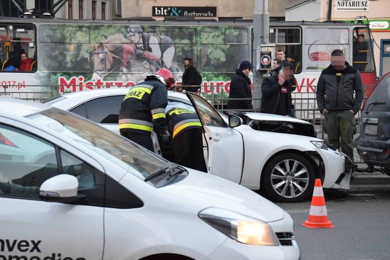 Wypadek na Kazimierza Wielkiego. Lexus wjechał w nissana [ZDJĘCIA]