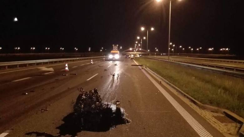 Według wstępnych ustaleń policji, kierujący samochodem bmw uderzył w tył naczepy TIR-a, jadącego przed nim. Niestety, jedna osoba z bmw zginęła na miejscu.