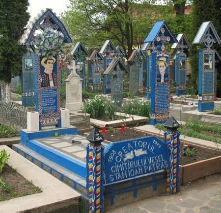 Cmentarz sam w sobie stanowi unikatowy zbiór dzieł sztuki ludowej. Krzyże są robione z dębiny malowanej na niebiesko, co wyraża nadzieję i wolność.