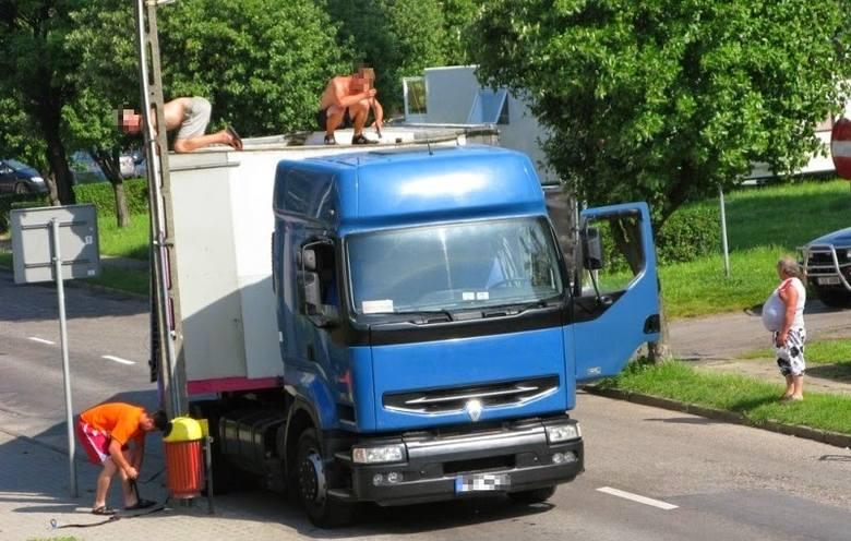 Ciężarówka wesołego miasteczka najechała  w Chojnie na słup