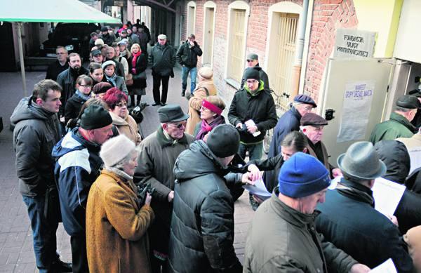 Tuż przed godz. 14 na podwórku ul. Piotrkowskiej 102 ustawiło się w kolejce około 200 osób.