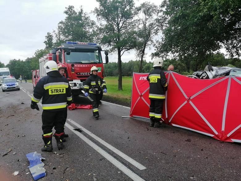 Weekend zaczął się od tragedii. W piątek doszło do śmiertelnego wypadku w Kalnicy w powiecie bielskim. Po zderzeniu z ciężarówką zginął kierowca kia