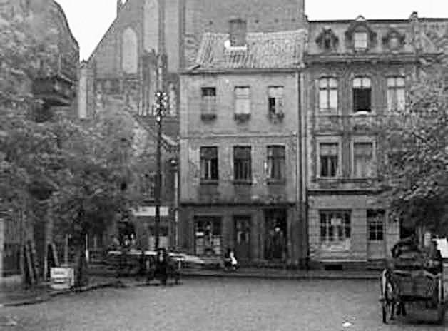 Karetka pogotowia ratunkowego na rynku w Brodnicy, 1957 rok. Na zdjęciu brodniczanka Lena Jarych z harcerzem z 23 WDH.