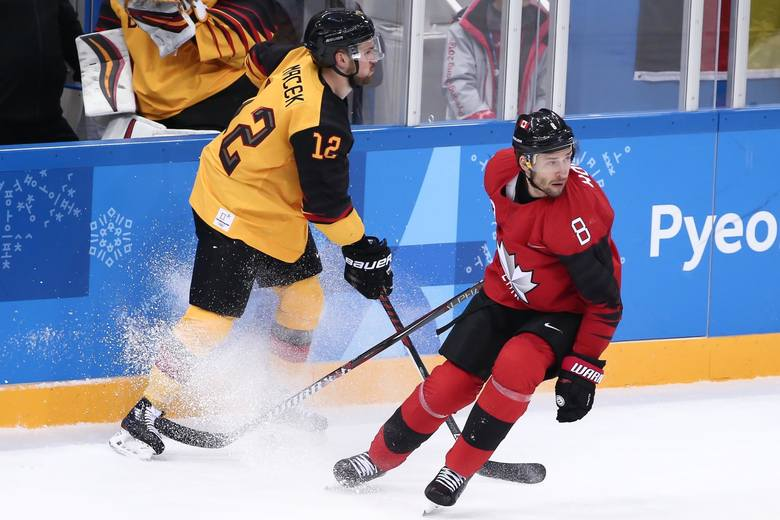 Niemieccy hokeiści (żółte stroje) byli jedną z największych sensacji igrzysk w Pjongczangu. W pokonanym polu pozostawili m.in. reprezentację Kanady.