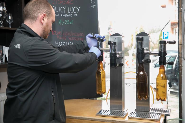 """Lanie piwa z beczek do butelek PET do sprzedaży """"na wynos"""""""