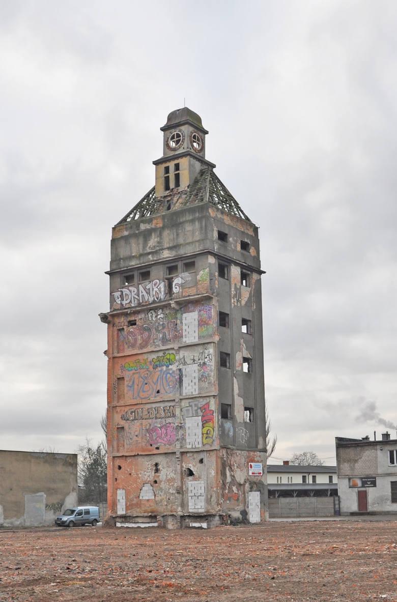 Firma, która zajmie się rozbiórką słynnej wieży z zegarem w dawnej Fabryce Nici Odra w Nowej Soli, przejęła plac budowa. Miejsce jest grodzone. Wieża