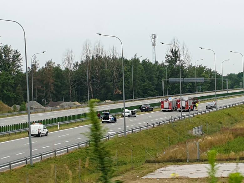 Dwa samochody osobowe zderzyły się na autostradzie A4, pod wiaduktem Dębica Wschód - informuje policja. Są utrudnienia.