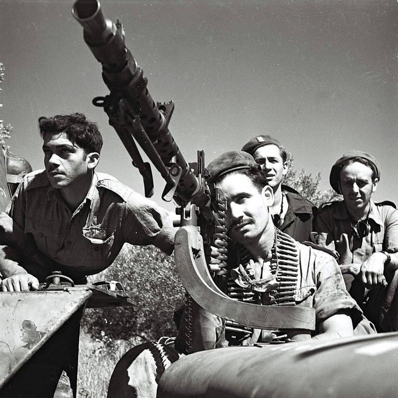 Izraelscy żołnierze w czasie wojny z Arabami w 1948 r. Celują z karabinu maszynowego MG-34 dostarczonego z Czechosłowacji