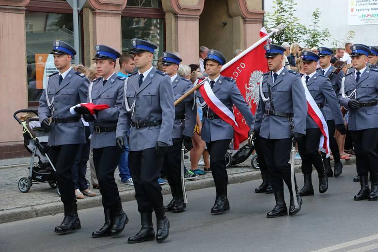 Sztandar i deszcz awansów dla międzyrzeckich policjantów