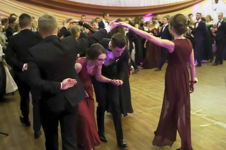 Studniówka 2019 w Szydłowcu. Maturzyści z liceum imienia Henryka Sienkiewicza bawili się do rana