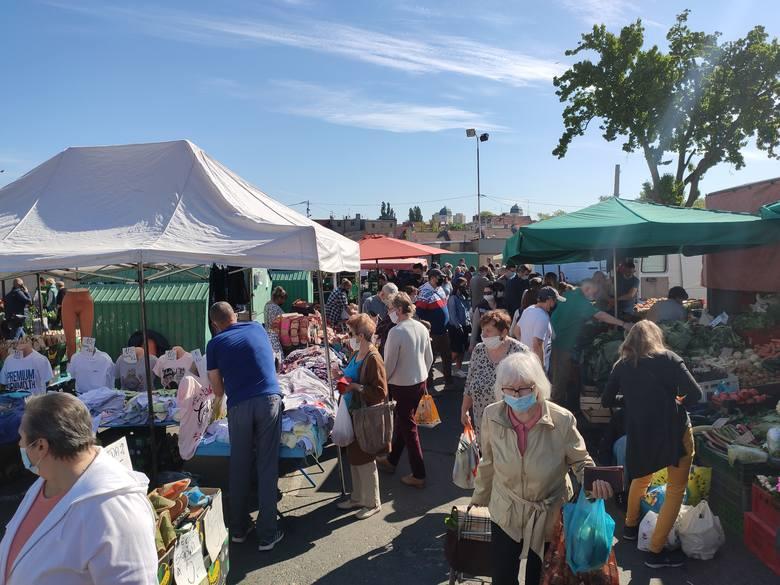 Sprawdź ceny na zielonogórskim ryneczku. Tłum ludzi wybrał się po świeże owoce i warzywa. Zerknij do naszej galerii zdjęć.