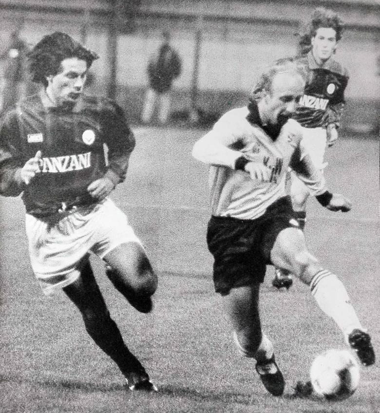 Zinedine Zidane (białe spodenki i tak, czarna czupryna) w walce z J. Jojką (leży) i K. Węgrzynem