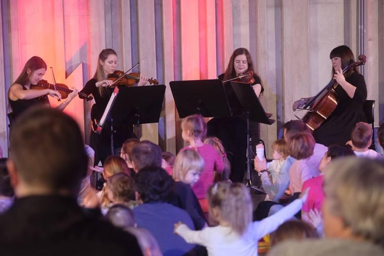 """Dziś o godzinie 16 rozpoczął się koncert dla dzieci """"W deszczowym rytmie"""" organizowany przez Toruńską Orkiestrę Symfoniczną. Zobaczcie"""