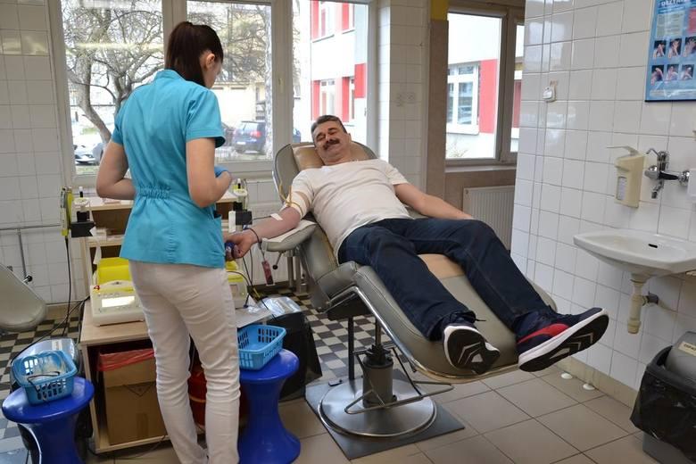 Na zdjęciu opiekun klubu krwiodawców z liceum w Małogoszczu, Błażej Kuterasiński.