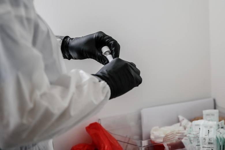 Zgodnie z nową strategią walki z epidemią koronawirusa, pacjenci w pierwszej kolejności będą kontaktować się z lekarzami podstawowej opieki zdrowotn