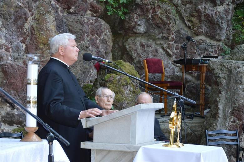 """Członkowie """"Oremusa"""" i tak zwanych margaretek - kilkuosobowych grup modlących się za konkretnego księdza zwiedzali dawną celę prymasa, uczestniczyli"""