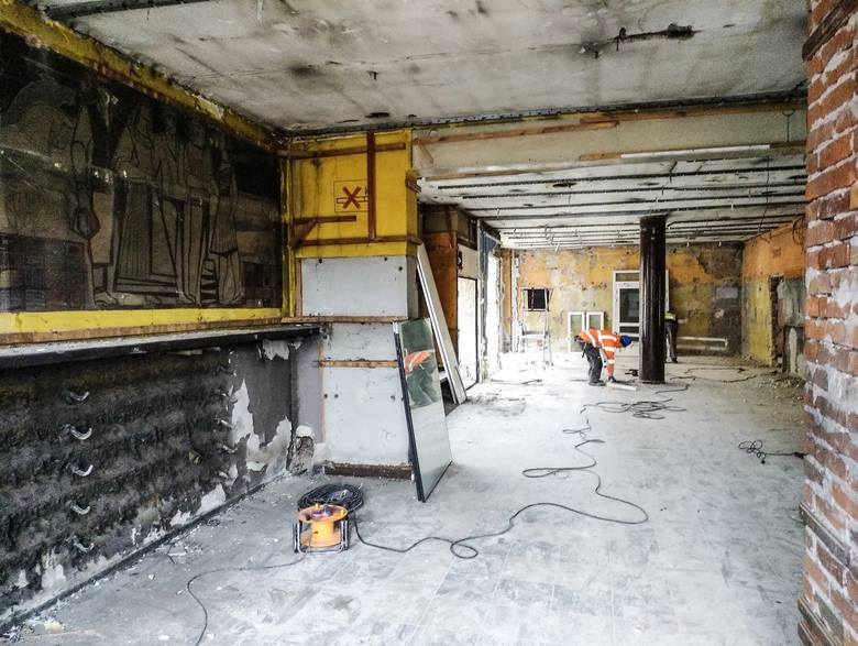 Centrum przesiadkowe Opole Główne. Miasto ma już ekspertyzę dotyczącą malowidła ściennego odkrytego w poczekalni dworca PKS. Rozbiórkę budynku wstrz
