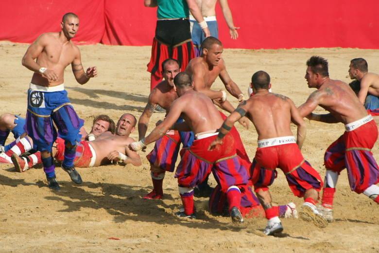 """""""Starożytna piłka nożna"""" to jeden z najbrutalniejszych sportów na świecie, związany z włoską Florencją. W uproszczeniu - mecz piłkarski"""