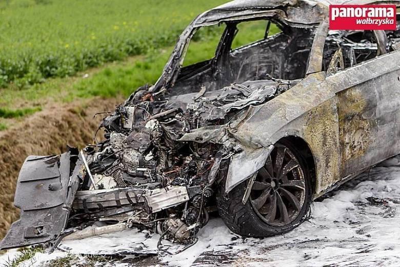 Samochód spłonął pod Osiekiem. Kierowca uciekł w ostatniej chwili