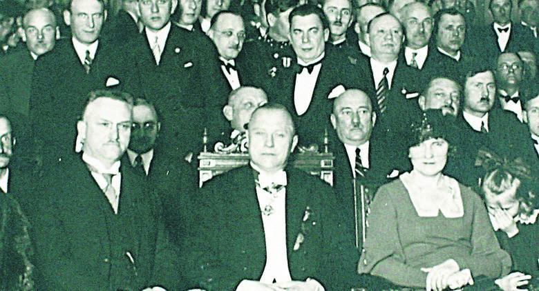 Aleksander Rżewski (w środku) został aresztowany w listopadzie 1939 roku