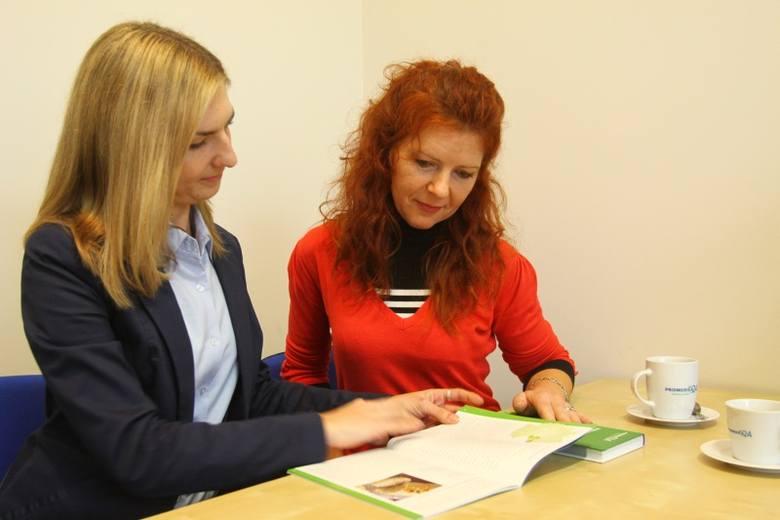 Barbara Smuga, w czerwonej sukience, właśnie jest u kolejnej podopiecznej. Na Boże Narodzenie wraca do Łodzi. Na zdjęciu z panią Moniką, która w firmie załatwiła jej legalną pracę.