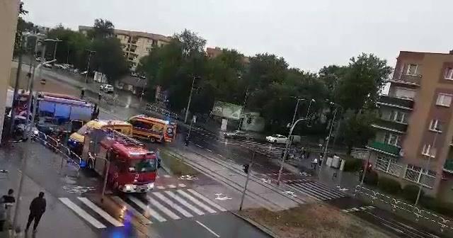 W sobotę, 6 lipca około godziny 21:00 na skrzyżowaniu ulic Szosa Chełmińska oraz Żwirki i Wigury w Toruniu doszło do zderzenia dwóch samochodów osobowych.-
