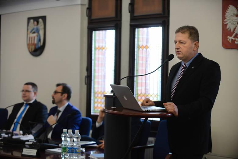 <strong>Maciej Cichowicz</strong> - główny krytyk prezydenta Zaleskiego być może zdecyduje się na bezpośrednie starcie z nim w wyborach prezydenta Torunia w 2018 roku. Wiele zależy od ewentualnych wyborczych koalicji, które zawrze Czas Mieszkańców, którego radnym jest obecnie