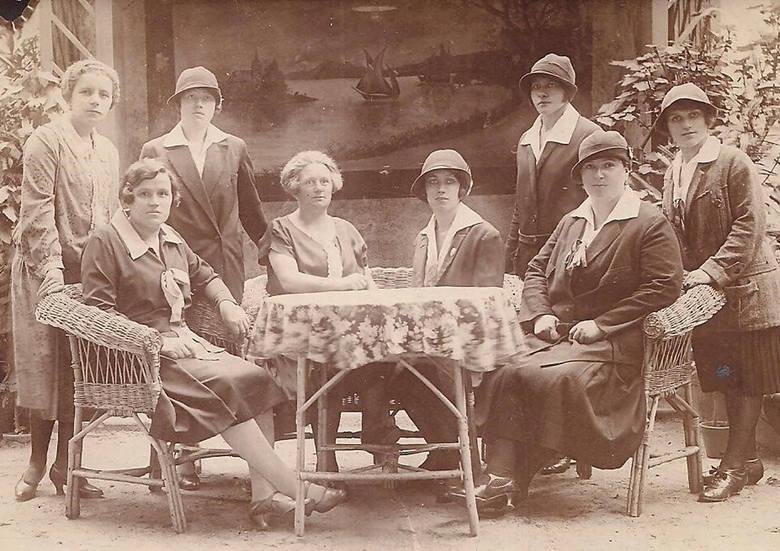 """Na zdjęciu moja Mama (siedzi przy stole z prawej) z koleżankami z towarzystwa patriotyczno-sportowego """"Sokół"""""""