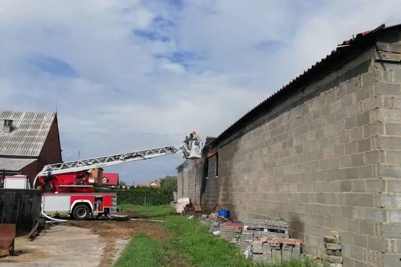 We wtorek w miejscowości Nowy Belęcin w powiecie leszczyńskim wybuchł pożar w jednym z magazynów. W środku pali się około 80 ton kartonów i drewnianych