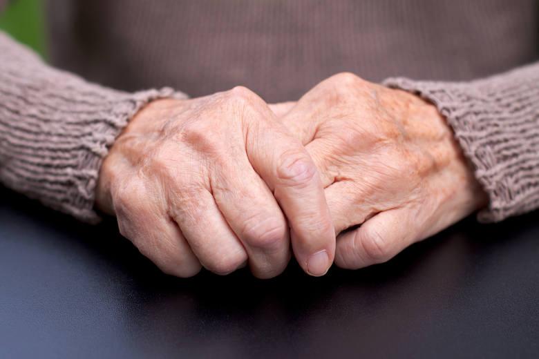 Choć na chorobę Parkinsona cierpią przede wszystkim osoby starsze (najczęściej mężczyźni powyżej 60 lat), jej pierwsze niepojące sygnały  mogą pojawić
