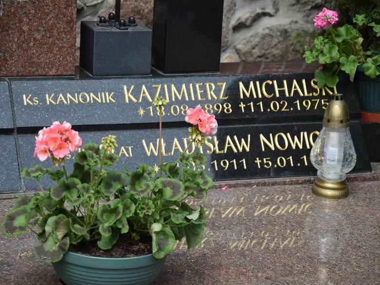 Grób księdza Michalskiego przy konkatedrze.