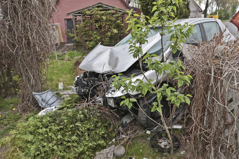 Do zdarzenia doszło w środę (4 maja) na ul. Zielonogórskiej w Zielonej Górze. Peugeot wypadł z drogi i rozbił betonowy płot.Kierująca peugeotem na świebodzińskich