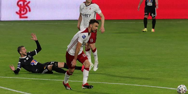 Carlos Moros Gracia 1Nie bez winy przy straconym golu. Tym razem mniej chętnie zapuszczał się do przodu.Zobacz na kolejnym slajdzie